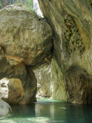 Висящий камень в каньоне Гейнюк. Вид снизу. Фото