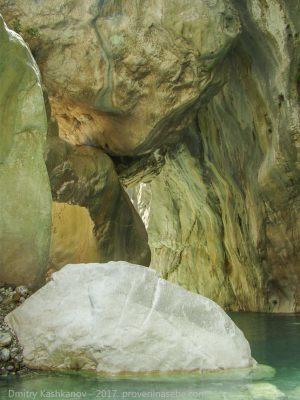 Грот в каньоне Гейнюк. Фото
